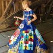Девушка создала невероятный выпускной наряд из скотча. Она посвятила его борьбе с COVID-19