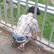 Мальчик застрял головой в ограждении моста