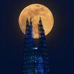 «Розовую луну» наблюдали жители Земли: завораживающие фото из разных уголков планеты