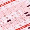 Настоящая счастливица: женщина выиграла в лотерею и узнала радостную новость