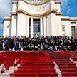 Активисты разлили 300 литров бутафорской крови в центре Парижа (ВИДЕО)