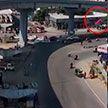 В Индии автомобиль упал с эстакады и насмерть раздавил пешехода