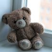 4-летняя девочка выпала из окна на третьем этаже в Лунинецком районе, пока мать спала