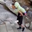 Муж носит парализованную жену на вершину горы