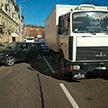 На ул. Первомайской в Минске грузовой МАЗ врезался в легковушку