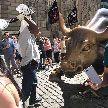 Вандал с банджо повредил знаменитую статую быка в Нью-Йорке