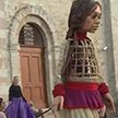 Гигантская кукла путешествует по миру и рассказывает о бедности на своей родине, чтобы привлечь внимание к проблеме беженцев