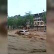 Наводнение на востоке Китая: поток воды смывал на своем пути автомобили и строения