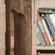 Парень нашел секретную дверь за книжной полкой в своем 500-летнем доме. То, что он увидел, когда открыл ее, взволновало его!