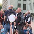 На акцию у Дома правительства в Минске пришли Владимир Некляев и Андрей Дмитриев