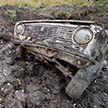 Три автомобиля закопали под землю, а через год попытались завести (Видео)