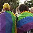 На митингах в Минске заметили ЛГБТ-флаги. Как минчане относятся к этому движению?