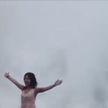 Гигантская волна снесла туристку во время фотосессии (ВИДЕО)