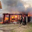 «Пожар здесь, молния ударила, горит дом».  В Докшицком районе горел гараж и сарай