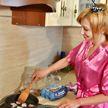 Женщины мира вынуждены вернуться на кухню во время пандемии и карантина – доклад ООН