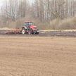 Посевная на севере и юге Беларуси: как влияют капризы погоды на работу аграриев в разных областях страны?