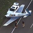 В США легкий самолет аварийно сел на шоссе и попал на видео