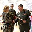 Министр обороны Беларуси наградил отличников срочной службы и их матерей