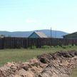 В Бурятском селе местные жители защищаются от коронавируса с помощью выкопанного рва