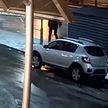 Пьяный муж решил выместить злость на ближайшем автомобиле. Посмотрите это сами