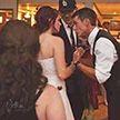 Невинное свадебное фото стало вирусным из-за неудачного ракурса