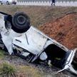 Toyota врезалась в разделительное ограждение, затем рикошетом полетела в кювет: есть пострадавшие