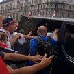 МВД: толпа людей набросилась на служебный автомобиль милиции в Минске