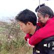 Китаец 15 лет носил на спине парализованную мать