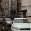 В Минске двор многоквартирного дома превратился в парковку. Жители хотят установить шлагбаум, но его установка незаконна. Как решить проблему?