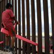 Розовые качели на границе США и Мексики признали «Дизайном года»
