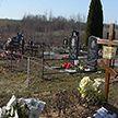 Жители Колядич живут буквально на окраине кладбища. Почему мир живых и мертвых не могут разделить забором?