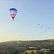 На живописных холмах под Бристолем в небо поднялись десятки воздушных шаров
