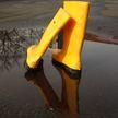 Чем опасны дождевики и резиновые сапоги, рассказала врач