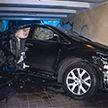 Авто на большой скорости влетело в подземный переход в Киеве