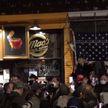 У одного из ресторанов Нью-Йорка собрались митингующие: требуют освободить незаконно осужденного хозяина заведения
