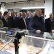 Травы, мясная продукция, ингредиенты для плова. Лукашенко сделал полезные покупки на фермерском рынке