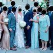 Интернет-пользователи высмеяли мать жениха за наряд «невесты»