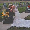 В день свадьбы невеста в США пришла к могиле жениха