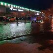 В Чижовке затопило проезжую часть из-за прорыва трубы. В некоторых районах Минска проблемы с водой