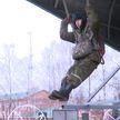 К первому прыжку с парашютом готовятся новобранцы-десантники