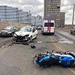 Мотоцикл вылетел на встречку и столкнулся с легковушкой в Минске