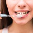 Что нужно делать, чтобы сохранить свои зубы до старости, рассказал стоматолог