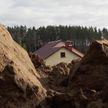 «Захватил самовольно землю». Жителям деревни Чертяж под Минском закрыли дорогу, предложив объезд там, где авто вязнут в грязи
