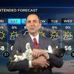 Ведущий прогноза погоды записал выпуск с кошкой на руках и стал популярным (ВИДЕО)