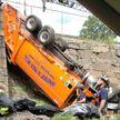 На автомобилистов с эстакады упал мусоровоз в США