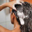 Девушка отказалась от мытья волос шампунем на 8 лет. Посмотрите, что с ними стало
