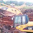Выкопал себе яму: «тонущий» экскаватор стоимостью 400 тысяч долларов спасают в Колодищах