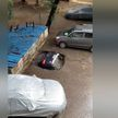 В Индии припаркованный автомобиль полностью ушёл под асфальт (ВИДЕО)