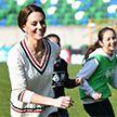 Кейт Миддлтон и принц Уильям сыграли в футбол с детьми