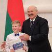 Президент вручил паспорта юным белорусам во Дворце Независимости: кто эти ребята и кем хотят стать?
